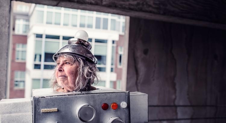 Foto von einer Frau in einem Roboterkostüm.