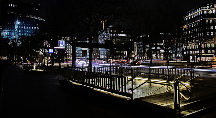 U-Bahnstation in Hamburg bei Nacht Foto: Stephan Hartmann