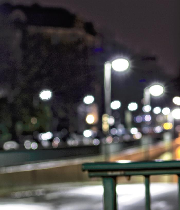 Verschwommene Nachtaufnahme. Leere Straße viele Straßenlaternen.