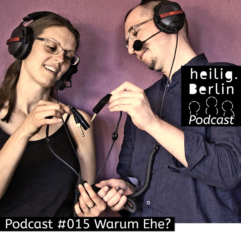 Warum Ehe? Heilig.Berlin Podcast. Auf dem Bild formen eine Frau und ein Mann mit Mikrofonkabeln ein Herz. Foto: Stephan Hartmann / https://heilig.berlin