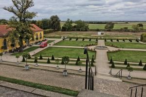 Blick auf den rekonstruierten Klostergarten. Am Horizont hinter den Bäumen versteckt sich die deutsch-polnische Grenze. Foto: Stephan Hartmann