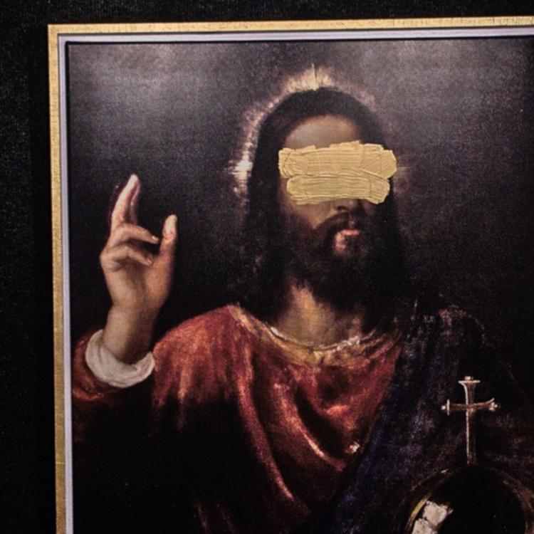 """Fotografie einer Reproduktion von Tizians """"Salvator Mundi"""". Jesus erhebt seine rechte Hand. Über das Bild ist goldene Farbe gestrichen, dort wo man im Gesicht die Augen sehen sollte. Foto: Benjamin Rein"""