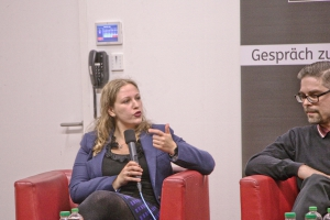 """Dalia Grinfeld, Präsidentin der """"Jüdischen Studierndenunion"""" bei der Diskussion. Foto: Stephan Hartmann / heilig.Berlin"""