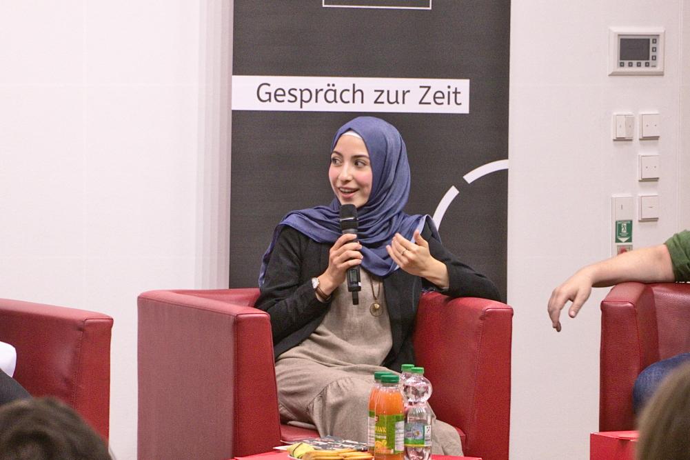 Neval Parlak im Gespräch. Foto: Stephan Hartmann / heilig.Berlin