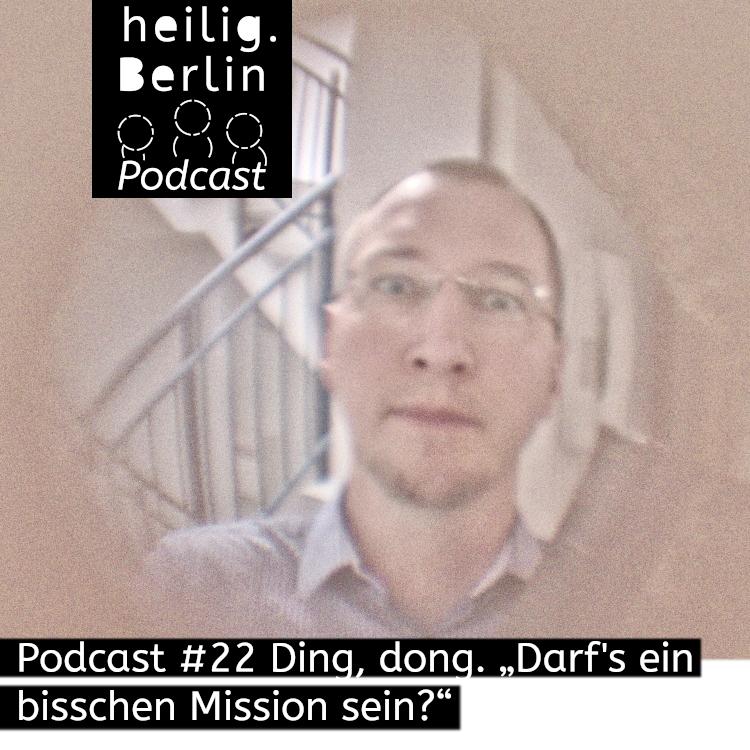 Beitragsbild für heilig.Berlin Podcast. Ein Mann steht in einem Treppenhaus und schaut in einen Türspion.