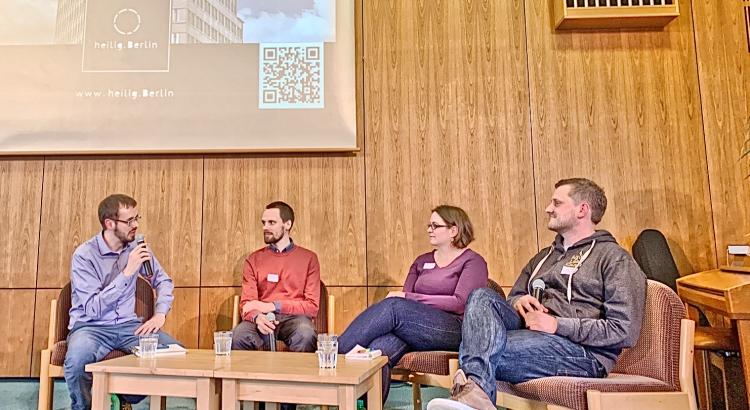 """Drei Diskutanten und ein Moderator bei der Podiumsdiskussion von """"Was glaubst du?"""" am 13.04.2019 Foto: Dietmar Päschel"""